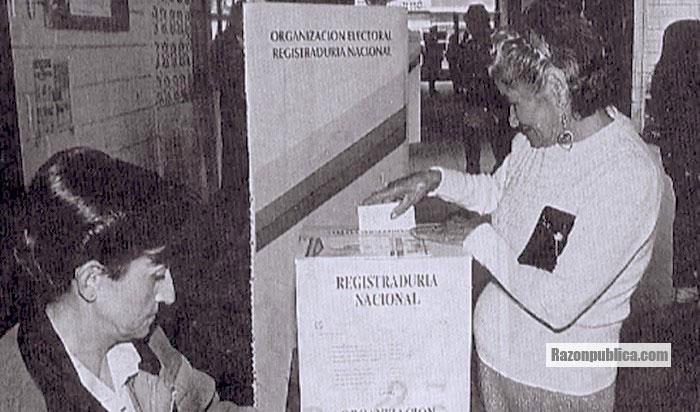 Una mujer participando en la votación de la asamblea constitucional.