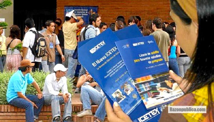 La mayoría de los jóvenes únicamente pueden pagar sus estudios con créditos y deudas.