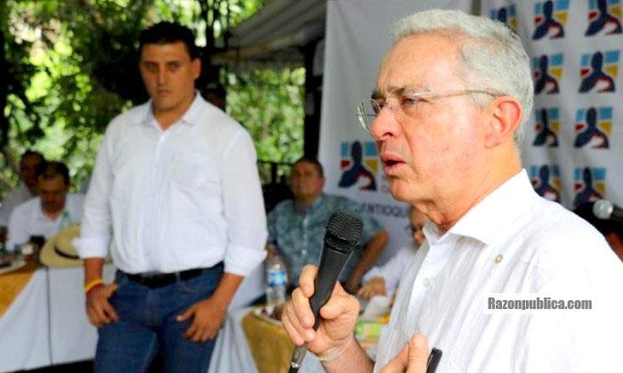 El expresidente Uribe ha hablado en contra de las decisiones de las Cortes y seguramente será promotor del referendo para derogar la JEP y las cortes