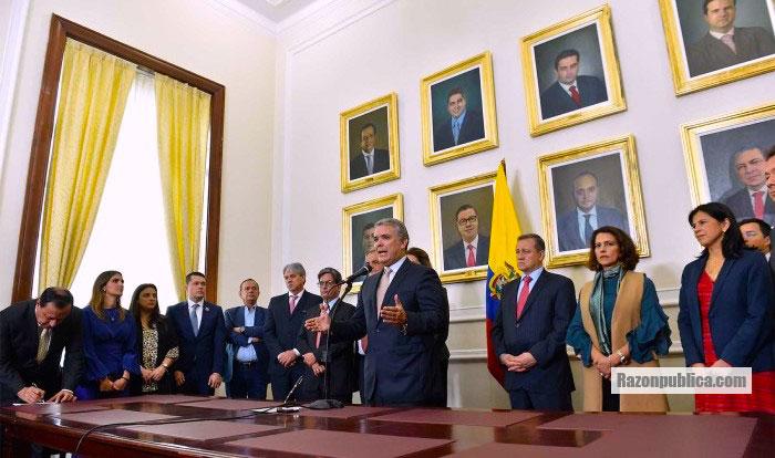Iván Duque radicando el PND en el Congreso.
