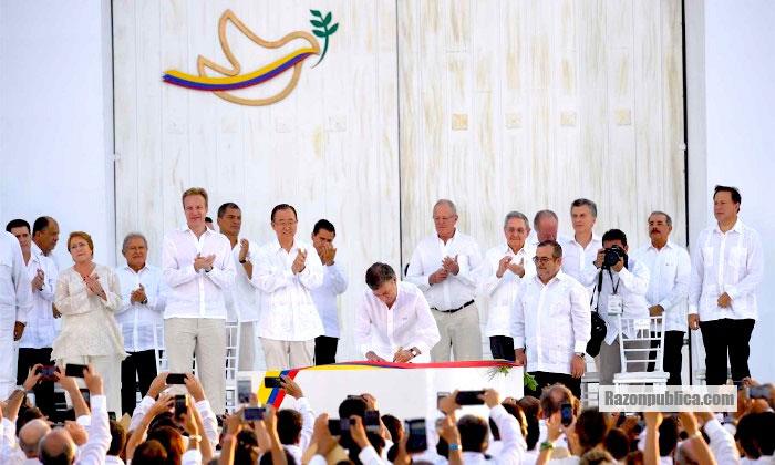 Firma del primer acuerdo de paz en Cartagena, antes de la inesperada victoria del NO