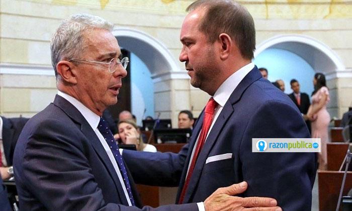 El nuevo presidente del Senado, Lidio Turbay del partido Liberal, y el líder de la bancada del Centro Democrático, Álvaro Uribe.