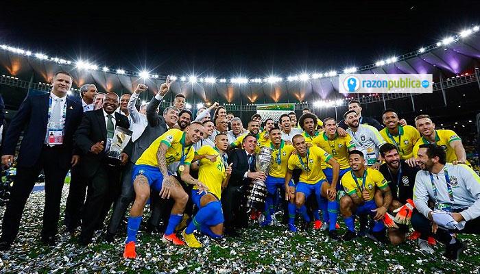 La Copa América terminó de manera escandalosa cuando Jair Bolsonaro levantó la copa junto con el equipo.