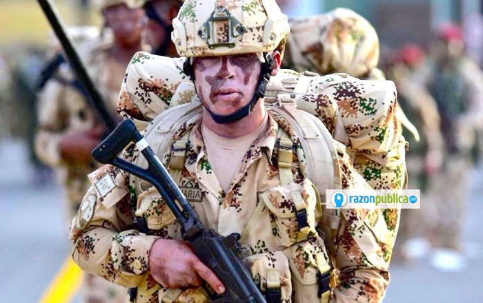 Soldado con el uniforme de desierto