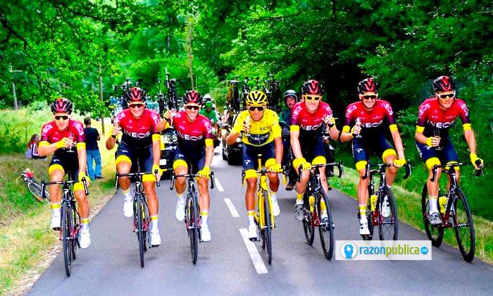 Egan Bernal con la camiseta amarilla junto a sus compañeros del team INEOS.
