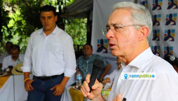 Uribe construyó su discurso y popularidad usando un discurso guerrerista anti FARC.