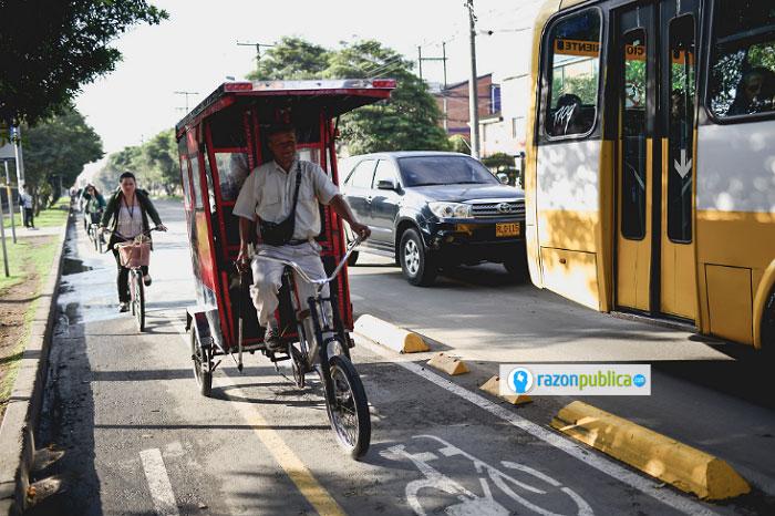 Las deficiencias del sistema son aprovechadas por personas que se ganan la vida por medio de estas formas de transporte.