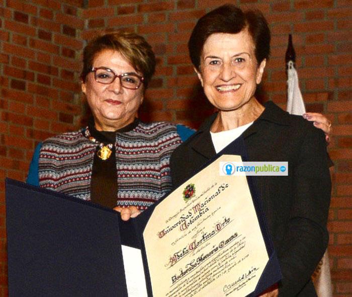 Adela Cortina recibiendo el honoris causa de manos de la rectora de la Universidad Nacional.