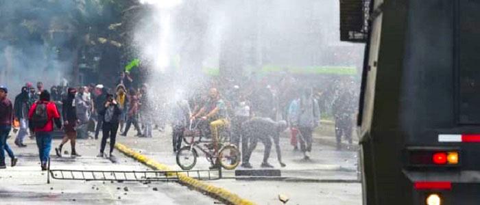 La desconfianza de los chilenos hacia sus instituciones agrava la situación.