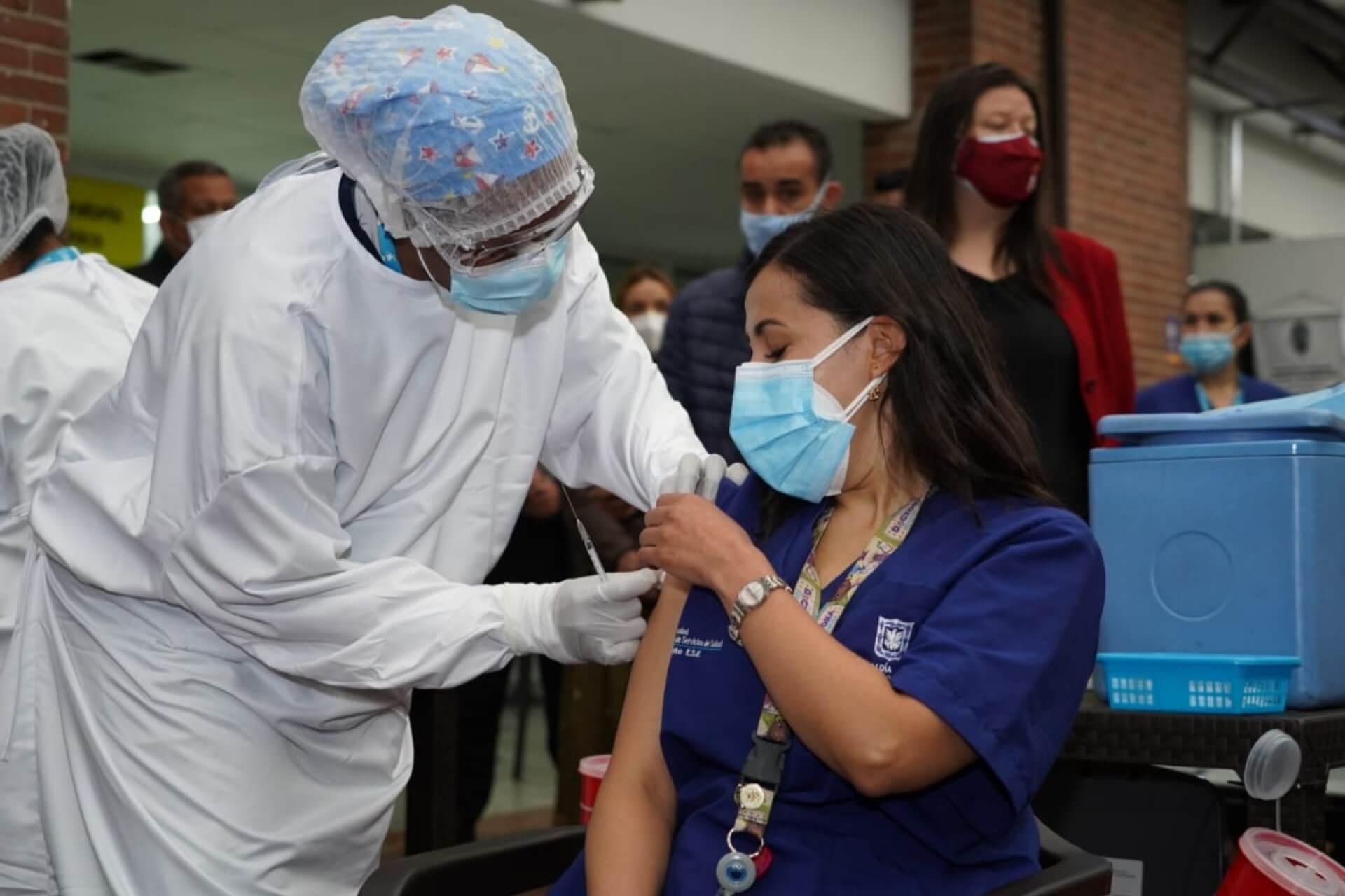 Las lecciones que Colombia puede aprender de la vacunación en Latinoamérica  - Razón Pública